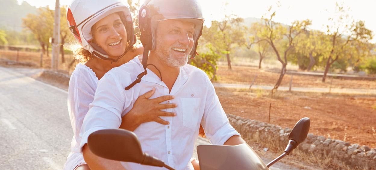 Couple d'âge mûr sûr un scooter à moteur