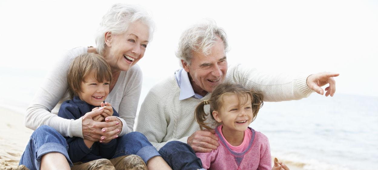 Grandparents avec leurs petits enfants sur la plage