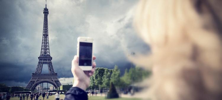 Femme de prendre une photo à Paris