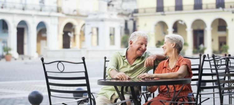 Couple retraité ensemble dans un café